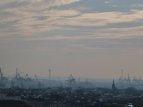 Hamburger Hafen hinterm Millerntor Stadion, fotografiert vom Dach des Feldstraßen Bunkers